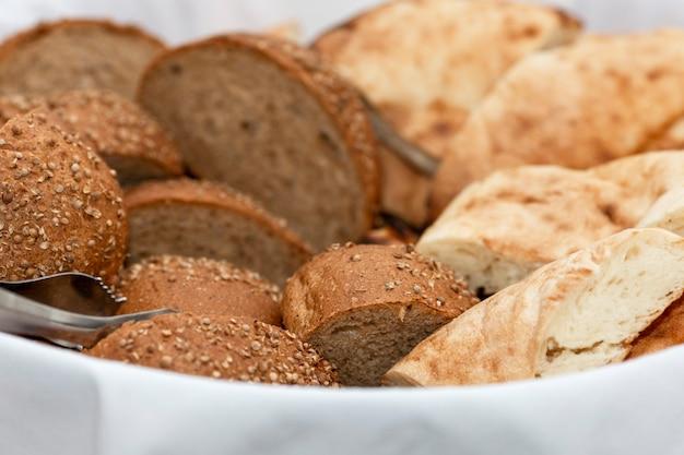 かごに焼きたてのパンをスライスしました。ビジネスミーティング、イベント、お祝いのケータリング。