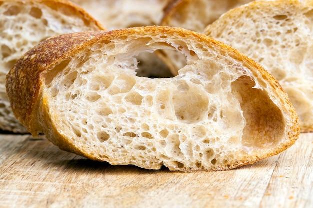 テーブルの上でスライスした焼きたてのパン