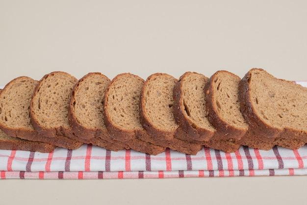 식탁보에 신선한 브라운 빵을 슬라이스