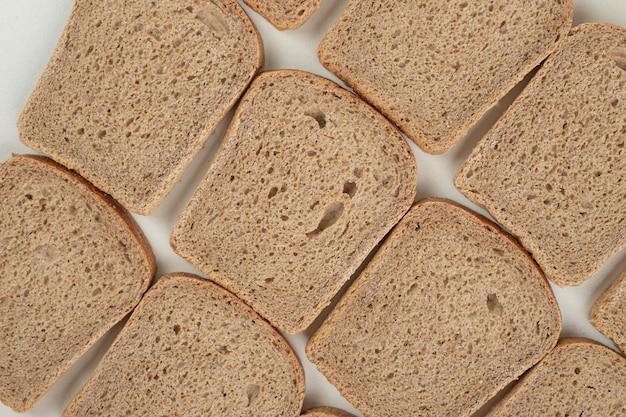 흰색 바탕에 신선한 갈색 빵을 슬라이스. 고품질 사진