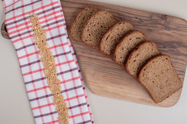 목 판에 신선한 브라운 빵을 슬라이스