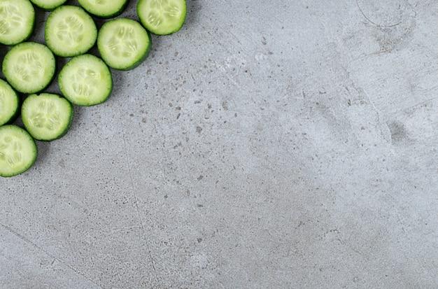 Cetrioli freschi a fette su uno sfondo grigio. foto di alta qualità Foto Gratuite