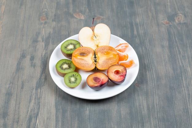 하얀 접시에 얇게 썬 신선한 과일