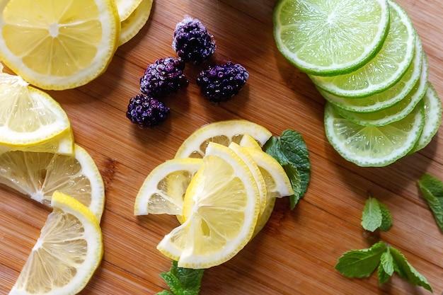 얇게 썬 신선한 레몬과 라임 나무 테이블