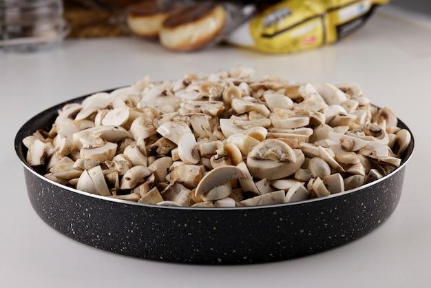 냄비에 신선한 버섯을 썰어