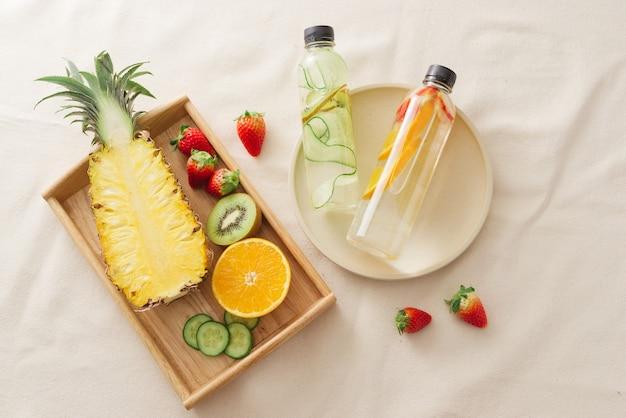 注入された水を作るために準備されたスライスされた新鮮な有機フルーツ