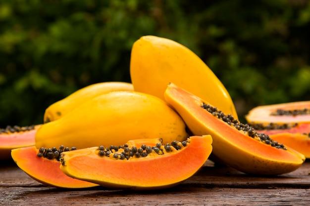 Нарезанная свежая папайя на деревянном столе