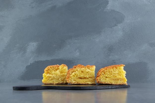 Pasta fresca affettata sul bordo scuro.