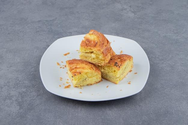 Нарезанное свежее тесто на белой тарелке.