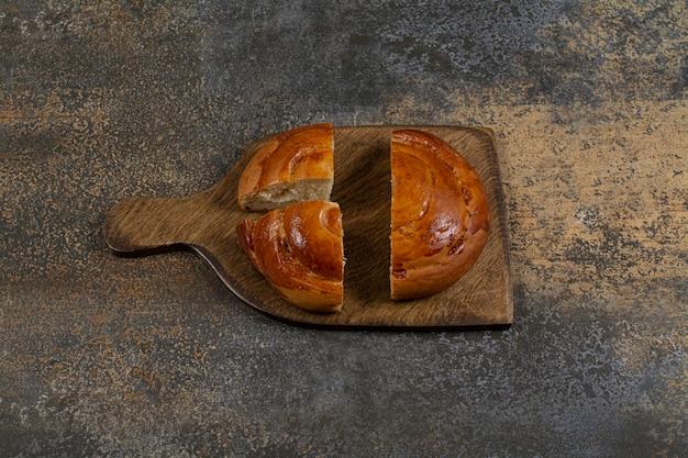 Pasta fresca affettata sulla tavola di legno