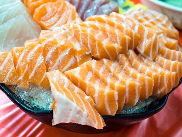 Нарезанный свежий сырой лосось по-японски.