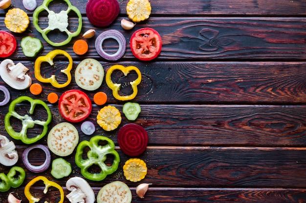 Нарезанные свежие овощи на деревянном фоне и место для текста
