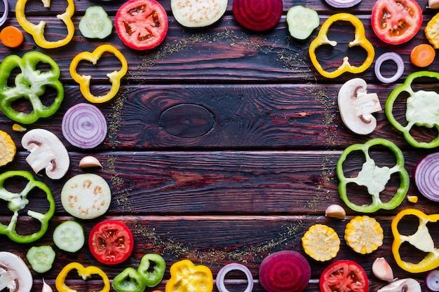 Нарезанные свежие овощи на деревянном фоне