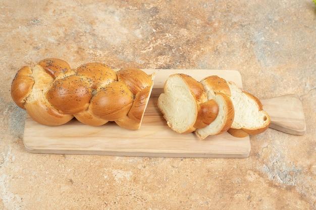 나무 절단 보드에 신선한 흰 빵을 슬라이스