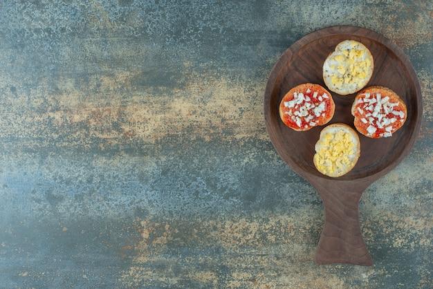 木の板にジャムとスライスした新鮮な白パン