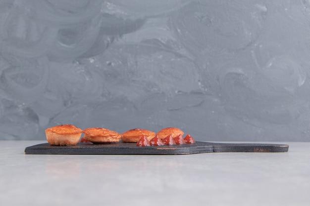 黒板にスライスした揚げソーセージをケチャップで。