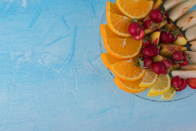 Set di frutta a fette in un piatto di vetro