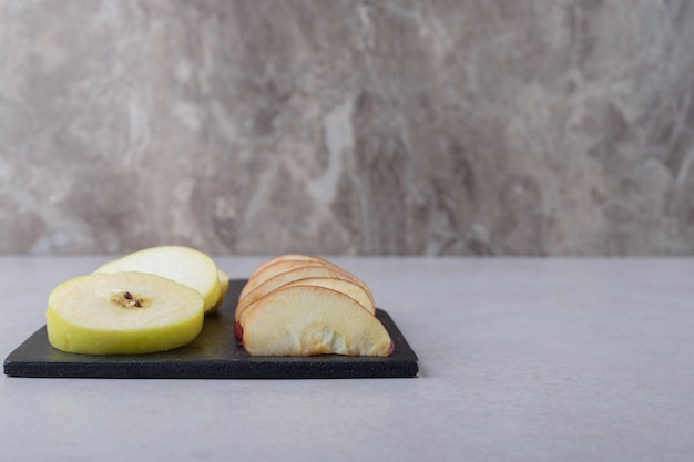 大理石のテーブルのまな板にスライスした果物。