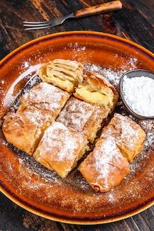 필로 반죽과 세 몰리나 커스터드 크림을 곁들인 그리스 부가 사 파이 슬라이스