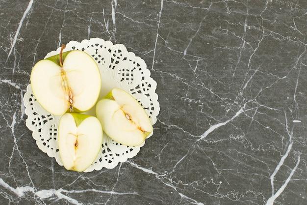 Mela verde a fette. mela verde biologica su grigio.