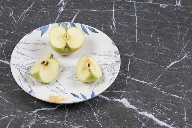 화려한 접시에 녹색 사과 슬라이스.
