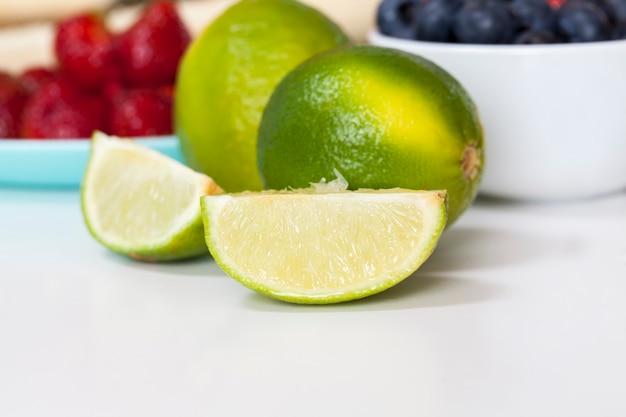 スライスしたグリーンライム、酸っぱい熟したライムまたはレモンで調理