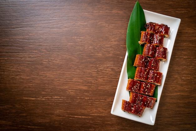 Нарезанный угорь на гриле или унаги на гриле с соусом (кабаяки) - японский стиль еды