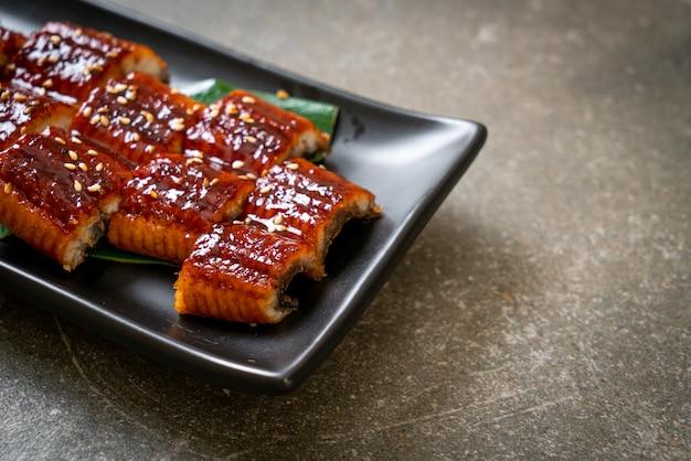 うなぎのスライス焼きまたはうなぎのタレ焼き(蒲焼)。日本食スタイル