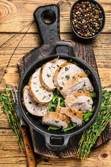 豚ヒレ肉の薄切りステーキをフライパンで焼き上げました。