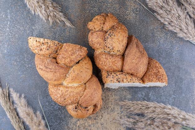大理石の表面にスライスしたストルシアパンと小麦の茎の束