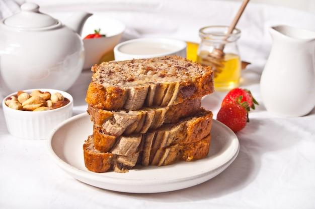 Нарезанный домашний банановый хлеб. концепция здорового десерта.