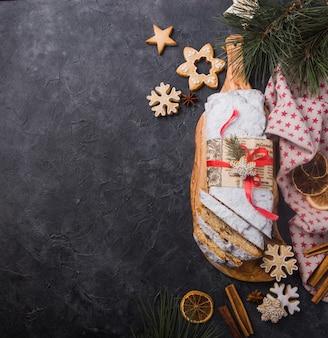 Нарезанный домашний рождественский столлен с сушеными ягодами и орехами