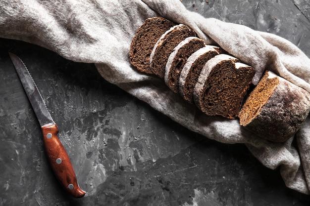 背景として古い黒いオーブントレイに小麦粉と自家製の白い小麦パンをスライスしました。上面図