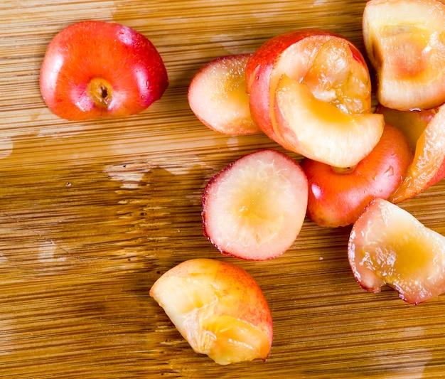 Нарезанный на множество кусочков вишни