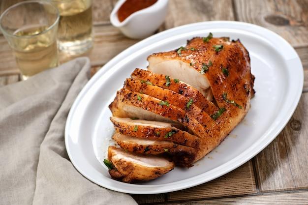 夕食の席で焼きたての七面鳥の胸肉のクローズアップをスライスしました