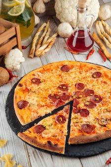 Нарезанный халапеньо пепперони пицца с сыром пармезан
