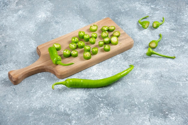 Peperoni jalapeno affettati su tavola di legno.