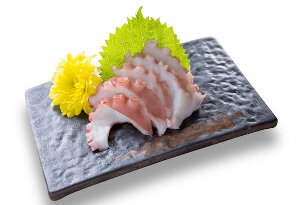 白い背景に分離されたスライスした和食タコたこ刺身夕食