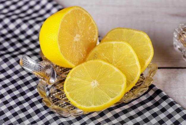 Нарезанный сочный лимон на стеклянной пластине
