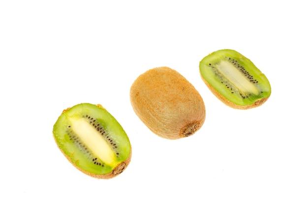 Нарезанный киви, сладкая сочная зеленая мякоть. студийное фото