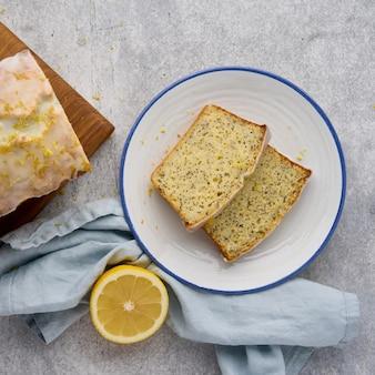Нарезанный лимонный хлеб с маком и цедрой цитрусовых сверху глазированной пекарни