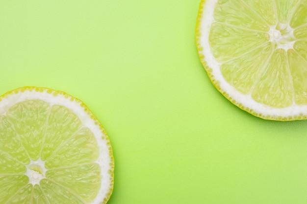 スライスしたレモン。コピースペースと柑橘系の果物のパターン。夏のモックアップ。