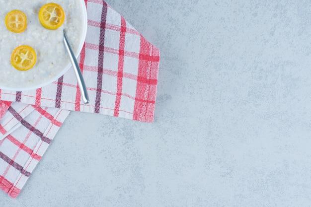 Нарезанный лимон на тарелку с рисом на мраморе.