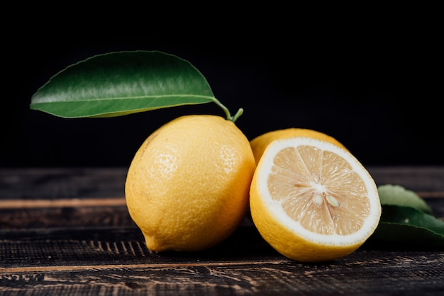 나무 테이블에 레몬을 슬라이스