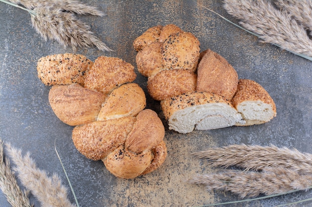 대리석 표면에 strucia 빵 한 덩어리와 밀 줄기 묶음