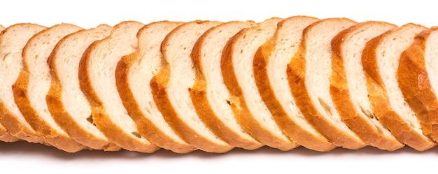 Ломтики пшеничного хлеба на белом фоне
