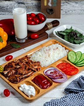 Нарезанное мясо с рисом и овощами