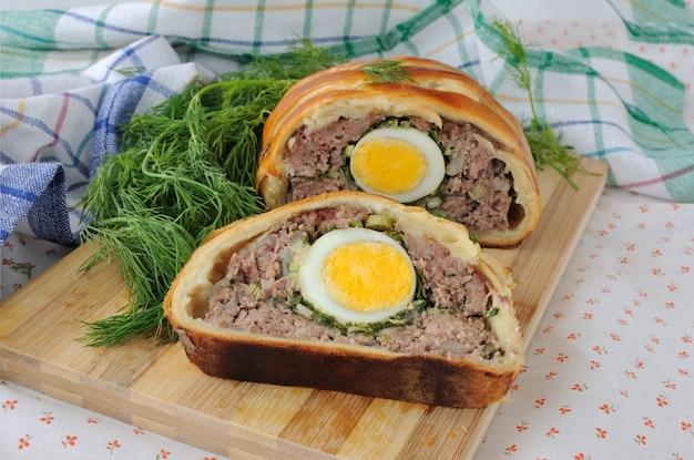페이스트리에 구운 계란과 허브를 곁들인 얇게 썬 미트 로프