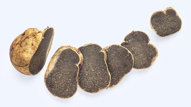 슬라이스 melanogaster broomeanus는 흰색에 고립 된 송로 버섯처럼 먹을 수없는 버섯 모양입니다.