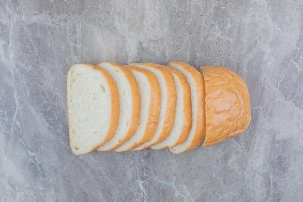 대리석 바탕에 신선한 빵 슬라이스.